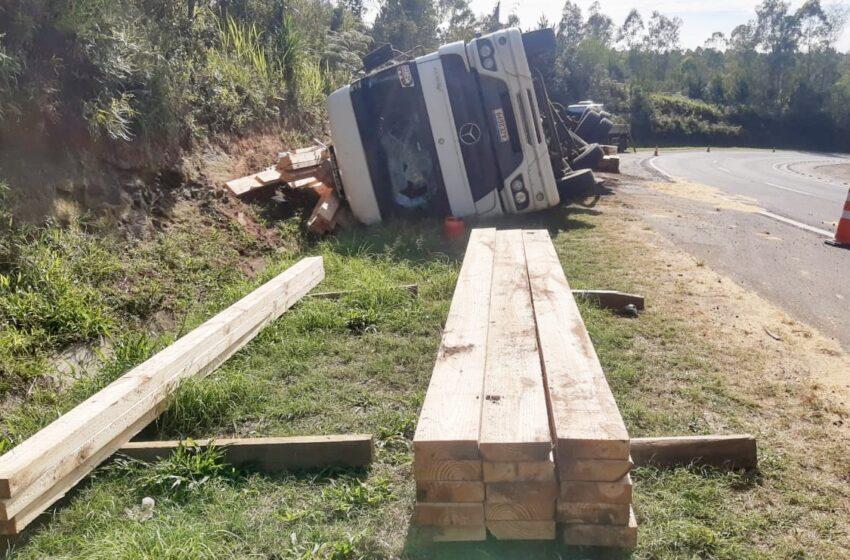 Carreta tombou entre Mauá da Serra e Ortigueira