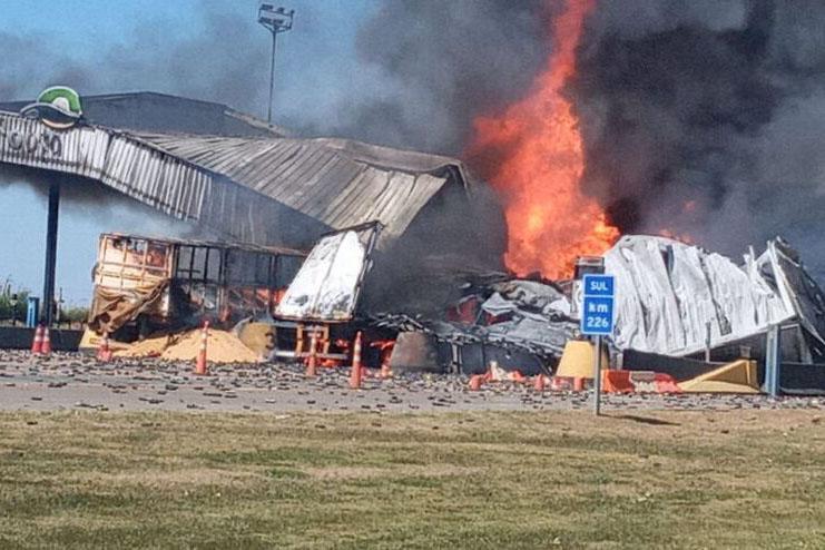 Acidente deixa quatro mortos e incendeia pedágio em Goiás