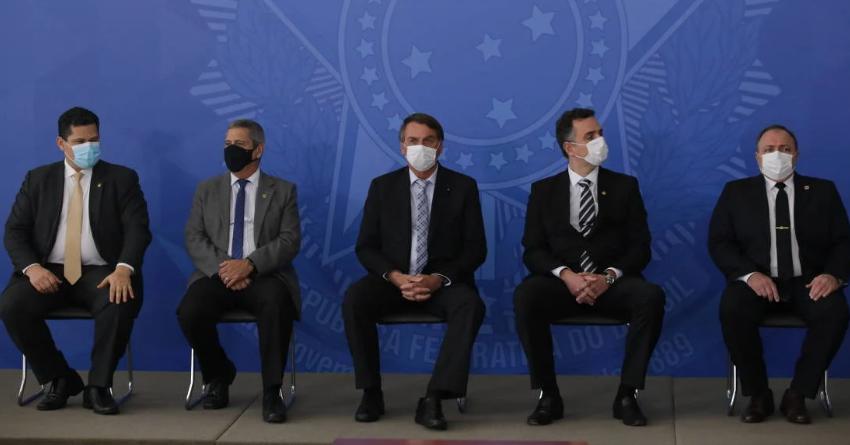 De máscara, Bolsonaro sanciona lei que viabiliza compra de vacinas de Pfizer e Janssen
