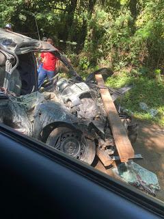 Acidente entre carro e carreta na PR-650, em Godoy Moreira
