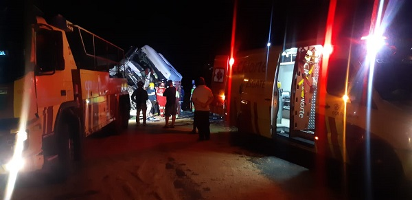 Colisão entre duas carretas deixa uma pessoa gravemente ferida na BR-376