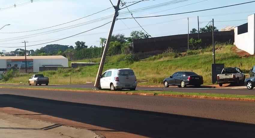Carro colide com pá-carregadeira e quebra poste em Ivaiporã
