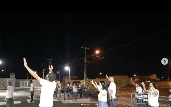 Fiéis fazem oração em frente a Hospital de Ivaiporã; Vejam o vídeo