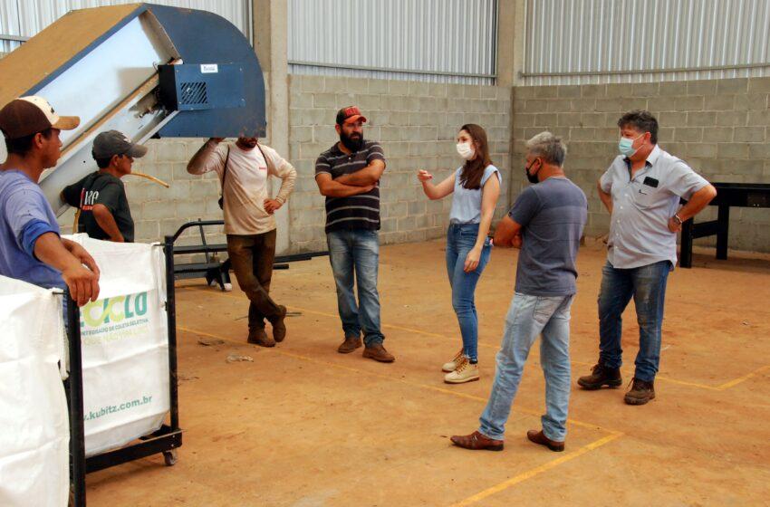 Trabalhadores de cooperativa de reciclagem recebem treinamento para operar equipamentos