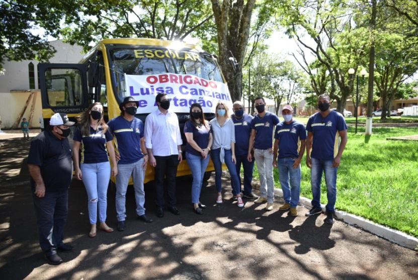 Carla e Luísa Caziani entregam ônibus escolar para o distrito de Ubaúna