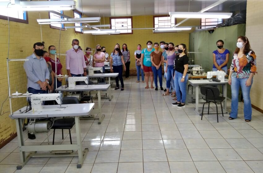 Prefeito de Faxinal visita curso de corte e costura gratuito implantado no município