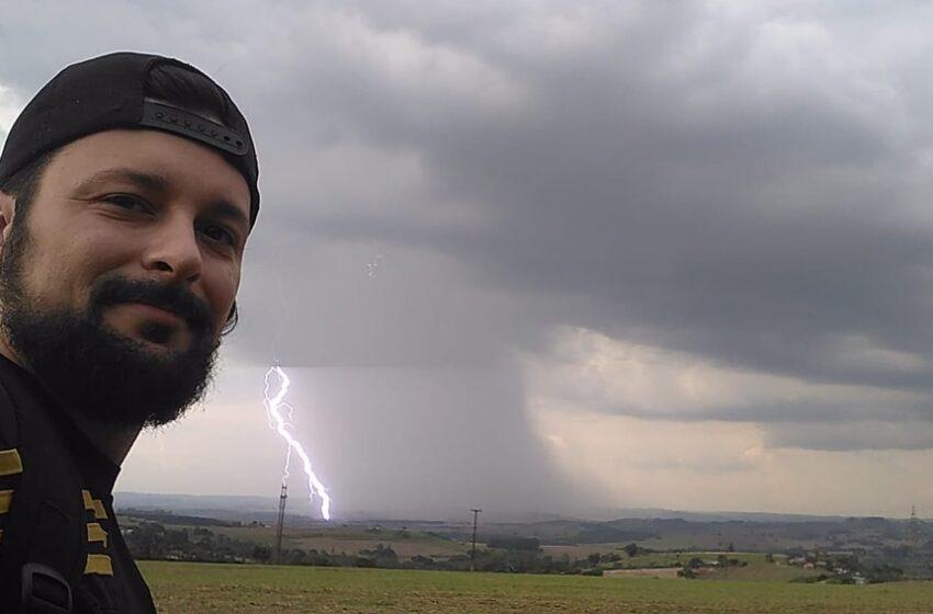 Fotógrafo é surpreendido com raio atrás dele durante selfie, em Marialva: 'Sorte tremenda'