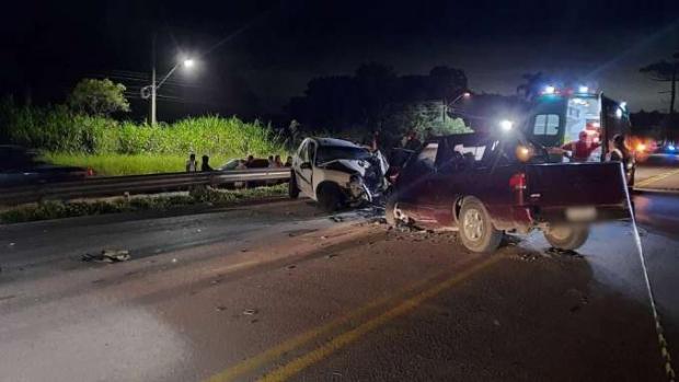 Forte batida entre veículos deixa dois mortos e um gravemente ferido