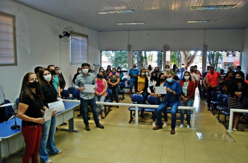 """""""Galo"""" desenvolve curso de capacitação de costura e entrega certificado em Faxinal"""