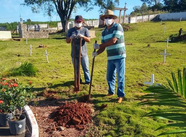 Kaloré: Administração planta árvores no cemitério de Jussiara