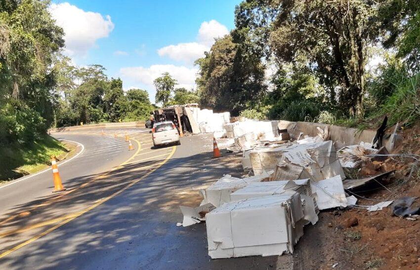 """Entre Mauá da Serra e Ortigueira caminhão tombou carregado de """"celulose"""""""