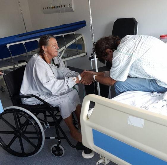 Mãe e filho com Covid-19 se reencontram no hospital