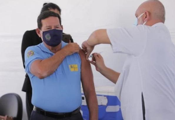 """""""Vai para um posto de saúde e se vacina"""", aconselha vice-presidente Mourão sobre Covid"""