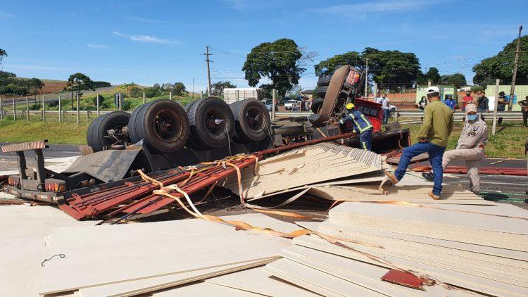Carreta de Mauá da Serra tombou em Apucarana