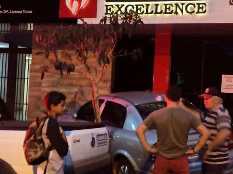 Motorista perde o controle e causa acidente no centro de Faxinal