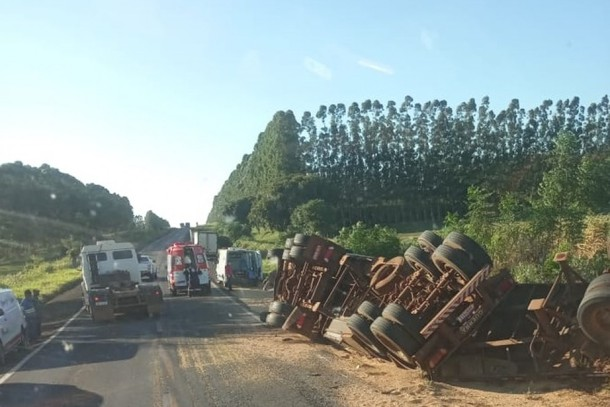 Colisão frontral entre dois caminhões deixa feridos na região