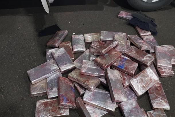 Motorista é preso com 64 quilos de cocaína escondido em fundo falso na BR-376