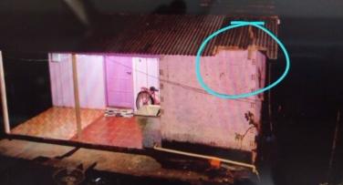 Homem morre após cair de bike em telhado de residência