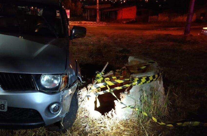 Homem bate carro, desce para ver estrago e cai em poço de 15 metros de profundidade