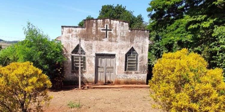 Capela antiga chama a atenção na área rural de Borrazópolis