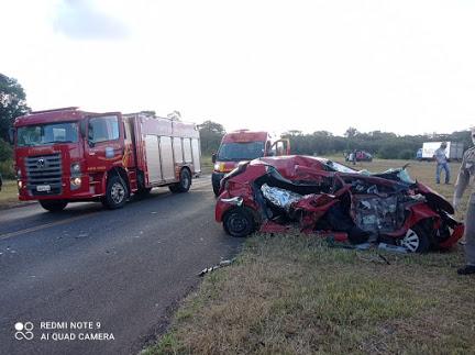 Grave acidente envolvendo três veículos deixa uma pessoa morta e uma grávida ferida na PR-487, em Nova Tebas