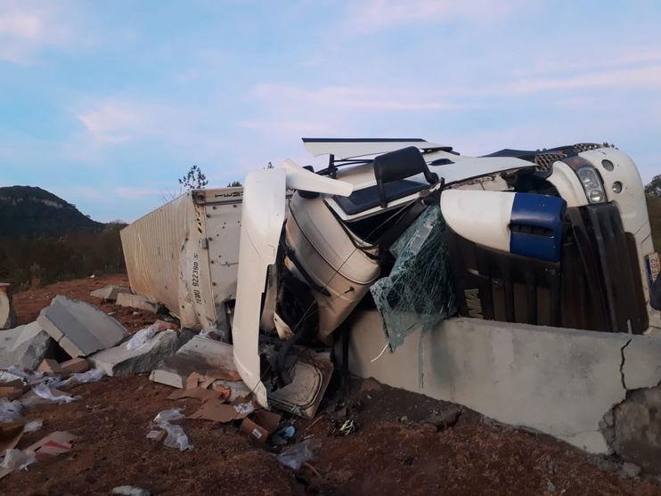 Caminhão carregado com frangos capota e motorista fica ferido na BR-376