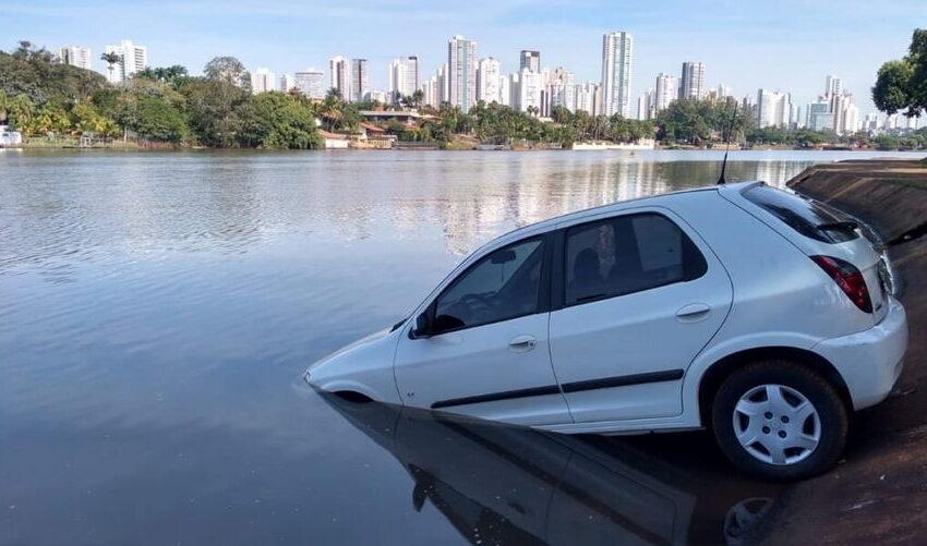 Motorista esquece de puxar o freio de mão e carro vai parar dentro de lago