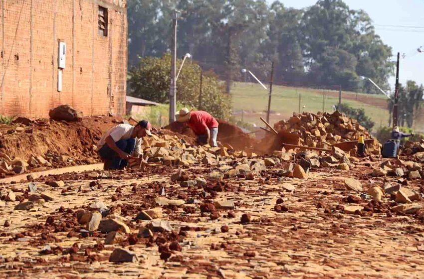 Ivaiporã: Seguem as obras de pavimentação com pedras irregulares