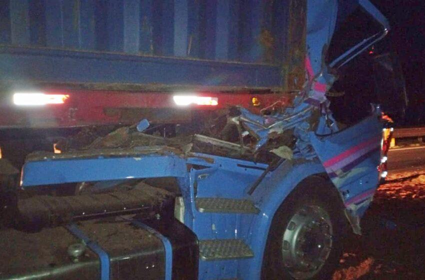 Acidente entre dois caminhões deixa uma pessoa morta na BR-376, em Ortigueira