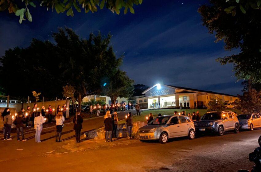 São Pedro do Ivaí: Servidores da saúde oram pelo fim da pandemia em frente a Santa Casa