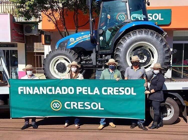 Borrazópolis: Entrega de trator 0KM financiado pela Cresol