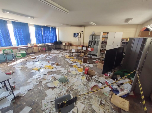 TRISTEZA – Vândalos deixam rastro de destruição em escola municipal