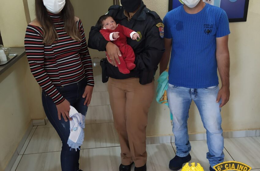Família visita sede da PM de Ivaiporã para agradecer apoio no salvamento de recém-nascido