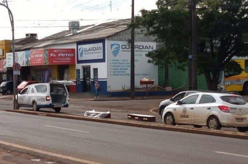 Carro funerário abre tampa e deixa caixão cair em via pública