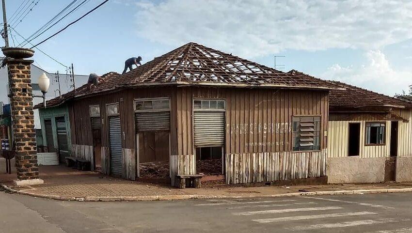 """Histórico: Prédio da antiga Farmácia do """"Seu Renir"""" sendo demolido em Kaloré"""