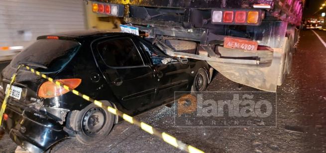 Acidente entre carro e dois caminhões mata uma pessoa e deixa outras duas feridas na região