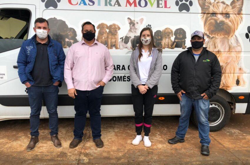 Unidade Móvel da AMUVI, para castração de animais atendendo em Lunardelli