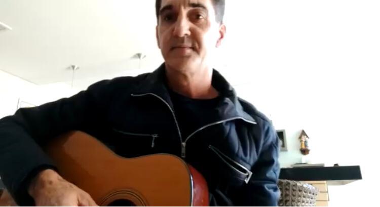 Cantor cria música inspirada no galo de Ivaiporã