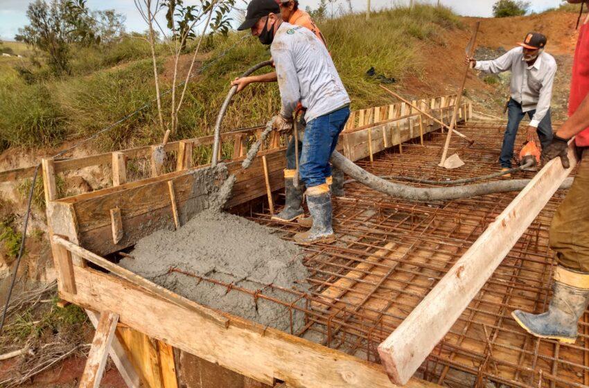 Prefeitura realiza concretagem da ponte nova sobre o córrego Marumbi