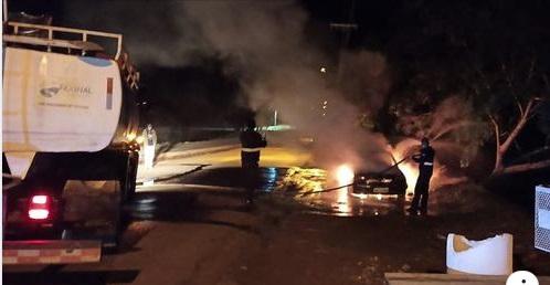 Incêndio deixa carro totalmente queimado em Faxinal