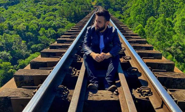 Cantor mandaguariense Thiago Laras lança single nesta quinta-feira (03)