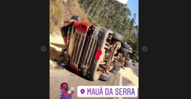 Carreta tombou na BR-376 próximo a Mauá da Serra