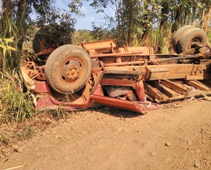 Caminhão sem freio tomba em estrada rural de Marumbi