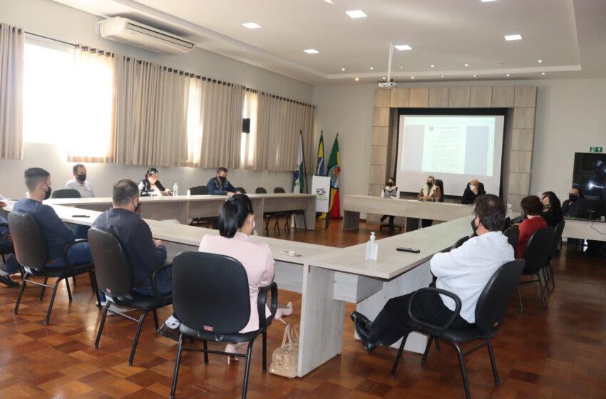 Prefeitura e Câmara de Ivaiporã apresentam projeto de lei a empresários para padronizar cor de sacolas biodegradáveis
