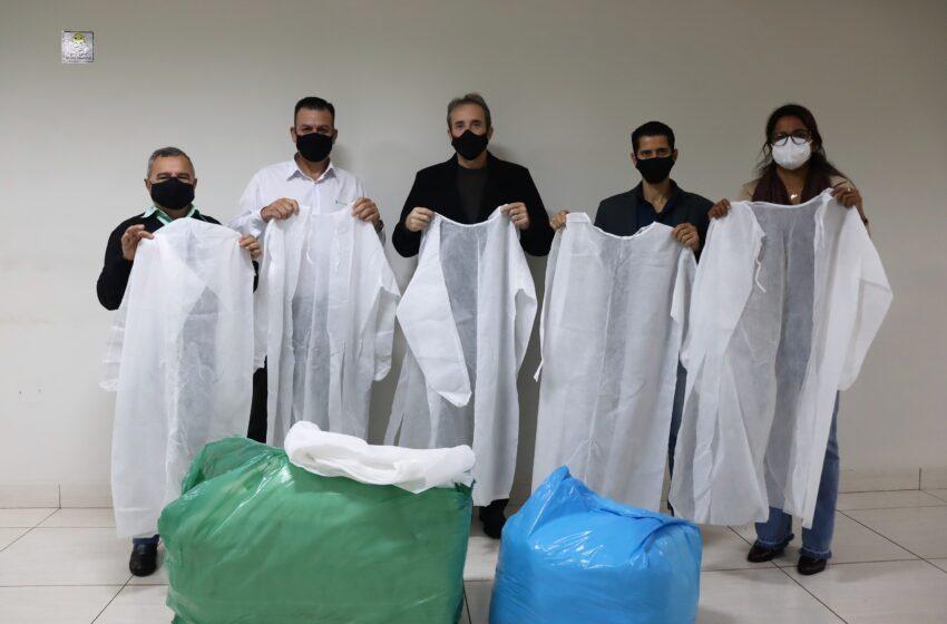 Sicredi e Acisi doam 383 aventais descartáveis ao Departamento de Saúde da Prefeitura de Ivaiporã