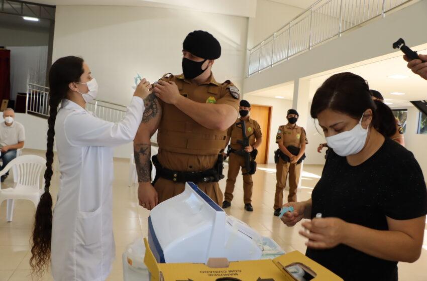 Equipes de saúde de Ivaiporã vacinam garis, servidores da Assistência Social e policiais militares