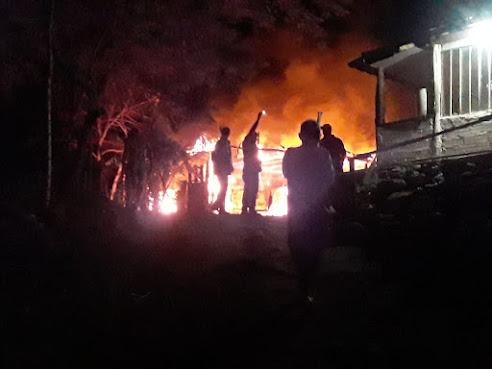 Incêndio destrói carros e garagem em zona rural de Rio Bom