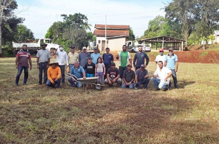 Em Cruzmaltina, prefeitura desenvolve melhorias no campo de futebol, após parcerias com a comunidade