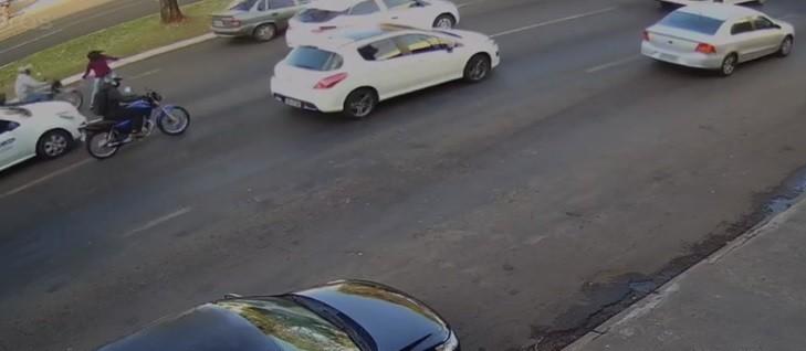 Vendedora de balas é atropelada por moto na Avenida Colombo, em Maringá