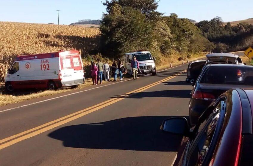 Ciclistas que transitavam por acostamento são atingidos por carro